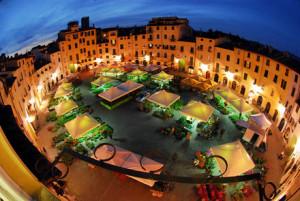 Piazza anfiteatro in notturna a Santa Zita